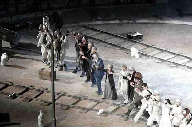 Ο ιδρυτής του Αμφι-Θεάτρου, ακαδημαϊκός και σκηνοθ�της Σπύρος Ευαγγελάτος χαιρετά το κοινό της Επιδαύρου με όλο τον θίασο. Η παράσταση μόλις ολοκληρώθηκε με τεράστια επιτυχία.