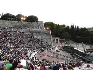 O Πάτσας σεβάστηκε απόλυτα τον αρχαιολογικό χώρο και το λιτό σκηνικό του δεν εμπόδισε την πανοραμική οπτική του κοινού.