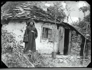 Μοναχός μπροστά σε αθωνίτικη καλύβα. Δεκαετία του 1920.