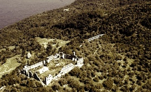 Τα ερείπια της Αθωνιάδας σχολής που �λαμψε στα Βαλκάνια του 18ου αι. με την παρουσία του Ευγ�νιου Βούλγαρη. Οι ίντριγκες των μοναχών και η κομματικοποίηση των σπουδαστών οδήγησαν τον Βούλγαρη στην αποχώρηση από τη σχολή.