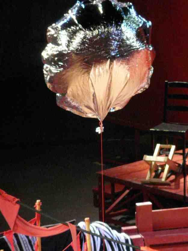Την ανάληψη της Μήδειας σηματοδότησε το μπαλόνι που ήταν δεμ�νο στο τρίκυκλο άρμα της, και αφ�θηκε στον σεληνιασμ�νο ουρανό της πόλης.