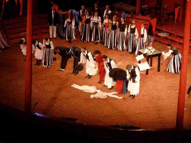 Οι ηθοποιοί ικανοποιημ�νοι εισπράττουν το χειροκρότημα από το κοινό του Ηρωδείου. Η παράσταση άρεσε.