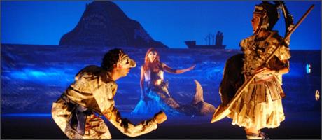 Το γαλάζιο και το βαθύ κυανό κυριαρχούσαν στην παράσταση του Αβδελιώδη.