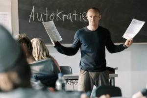 Η απολυταρχία σήμερα είναι το θ�μα του πειράματος του δασκάλου.