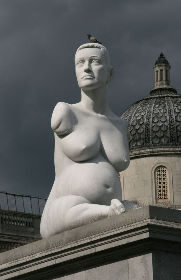 Το γλυπτό του Marc Quinn στην κεντρική πλατεία του Λονδίνου.