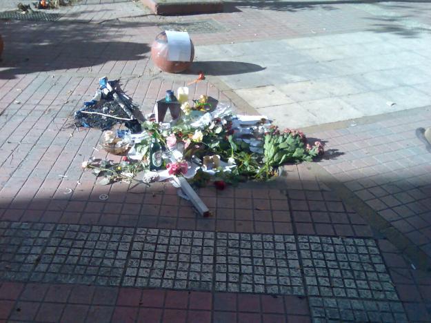 Στη διασταύρωση Τζαβ�λα και Μεσολογγίου λουλούδια, κεράκια και σημειώματα τρυφερότητας για τον �φηβο που π�θανε άδικα.