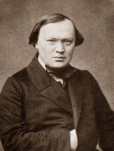 Ο Οστρόφσκι, δεν πήρε ποτέ το πτυχίο του στη Νομική, το 1843 εργάστηκε σε δικαστήριο της Μόσχας και το 1850 με τη δημοσίευση του έργου του «Ο χρεωκόπος» απολύθηκε και τέθηκε σε αστυνομική επιτήρηση και η λογοκρισία απαγόρευσε το έργο.