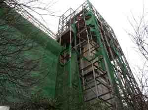 Το καμπαναριό του Αγίου Κωνσταντίνου με τα κουρέλια μιας ανακαίνισης που βάλτωσε...