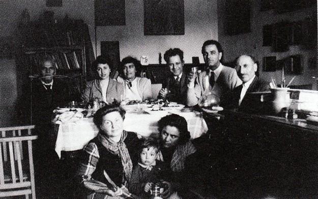 Η οικογένεια Κόντογλου στην κατοχή όταν ζούσαν σε ένα γκαράζ. Σε πρώτο πλάνο η Δεσπούλα στο κέντρο και δεξιά η μητέρα της Μαρία.