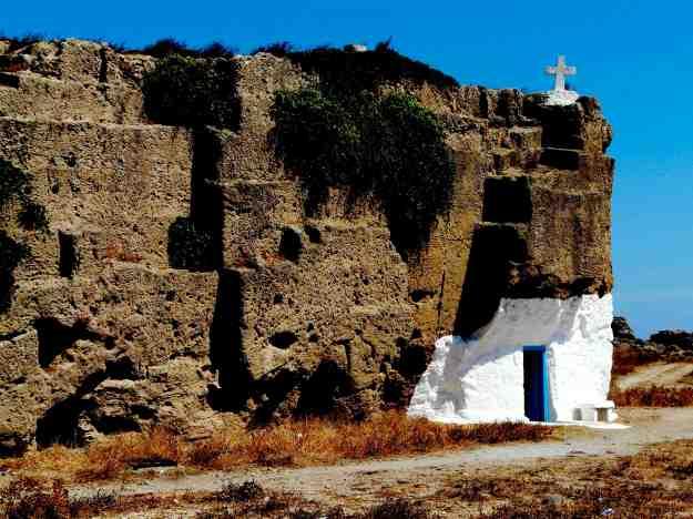 Το εκκλησάκι του Αγίου Νικολάου βρίσκεται σε έναν αρχαίο τόπο λατομείων.