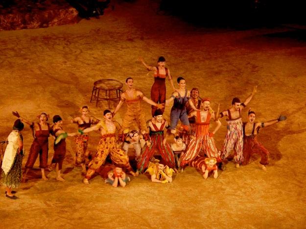 Τα κοστούμια του Γιάννη Μετζικώφ είναι ένας ύμνος στους καλλιτέχνες του τσίρκου.