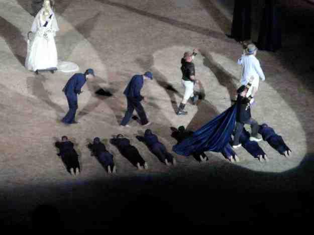 Πατώντας πάνω στα ανθρώπινα σώματα απεχώρησε από τη σκηνή ο ηγέτης Πεισθέταιρος!