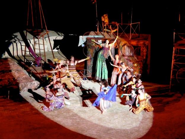 Η χορογραφία της παράστασης ανακαλούσε εποχές ανεμελιάς, και μια χίπικη ατμόσφαιρα.