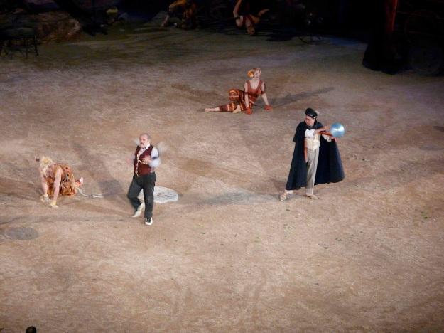 Από τις ξεχωριστές παρουσίες της παράστασης είναι ο Θεμιστοκλής Πάνου στον ρόλο του Χρησμολόγου, που εμφανίζεται ως σύγχρονος αστρολόγος.