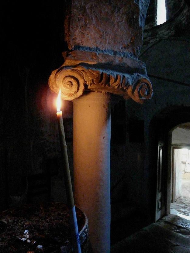 Το κιονόκρανο του καθολικού προφανώς είναι παρμένο από κάποιο αρχαίο οικοδόμημα της περιοχής. Η περίοπτη θέση του στον ταπεινό μικροσκοπικό ναό είναι μία μαρτυρία για την αισθητική αξία που αναγνώρισαν σε αυτό οι κτίστες του.