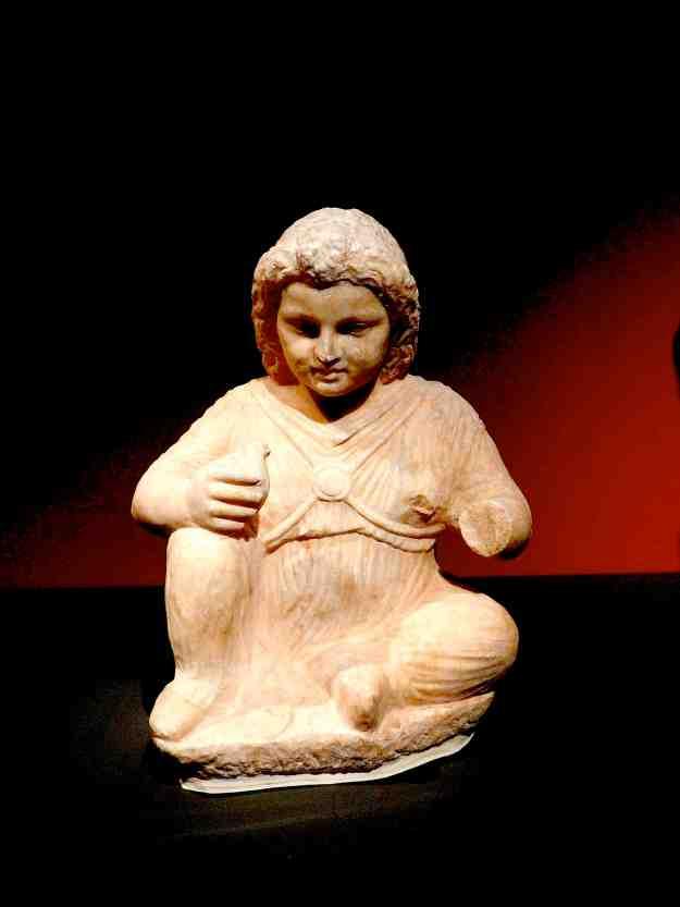 Αγαλματάκι κοριτσιού που εντοπίστηκε κοντά στον ποταμό Ιλισσό (4ο αιώνας π.Χ., Εθνικό Αρχαιολογικό Μουσείο).