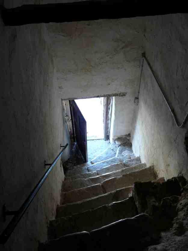 Η είσοδος του μοναστηριού είναι πολύ χαμηλή, όπως χαμηλό είναι και τό ύψος των πορτών στα κελλιά, υπόμνηση της ταπείνωσης και της υπακοής που οφείλει να κατακτήσει ο μοναχός στην άσκησή του.
