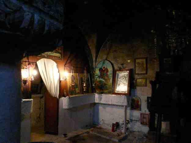 Το εσωτερικό του Καθολικού στο μισοσκόταδο αποπνέει μια μυσταγωγική ατμόσφαιρα.