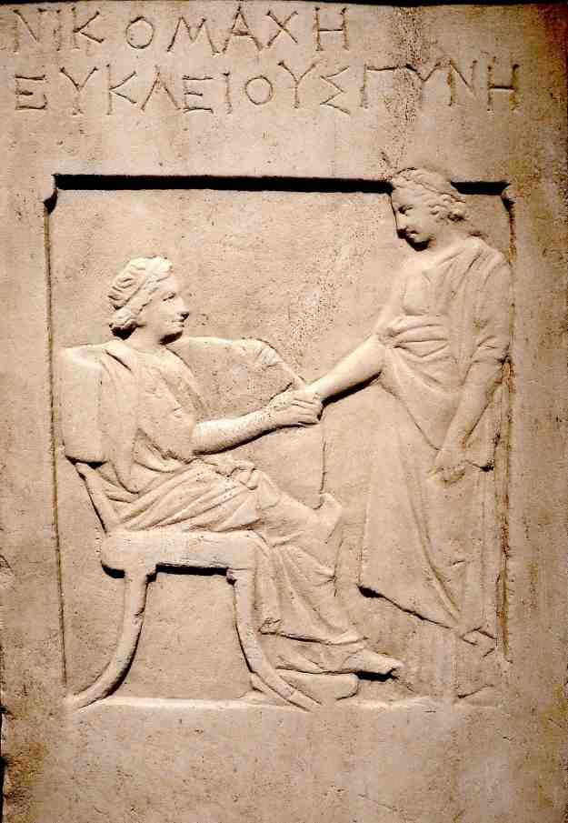 Επιτύμβια στήλη της ιέρειας Νικομάχης (4ος αιώνας, Αρχαιολογικό Μουσείο Πειραιά).