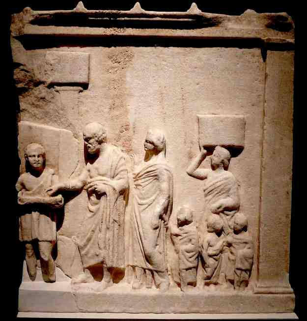 Αναθηματικό ανάγλυφο από τον Ραμνούντα (4ος αιώνας, Εθνικό Αρχαιολογικό Μουσείο).