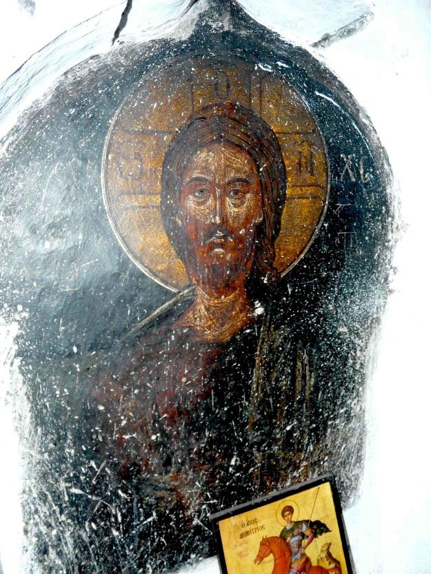 Ο Χριστός του τέμπλου αναδίδει το ίδιο βυζαντινό άρωμα της τεχνουργίας, όπως και η Παναγία. Στην εικόνα φαίνονται οι κακοποιήσεις ασεβών επισκεπτών.