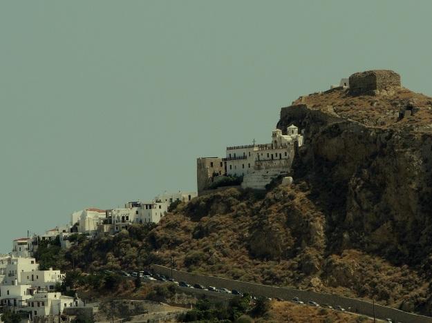Στη Σκύρο στεφανώνεται ο οικισμός από το βυζαντινό μοναστήρι του Αγίου Γεωργίου. Δυστυχώς, παραμένει κλειστό λόγω των ζημιών που έχει υποστεί από σεισμό.